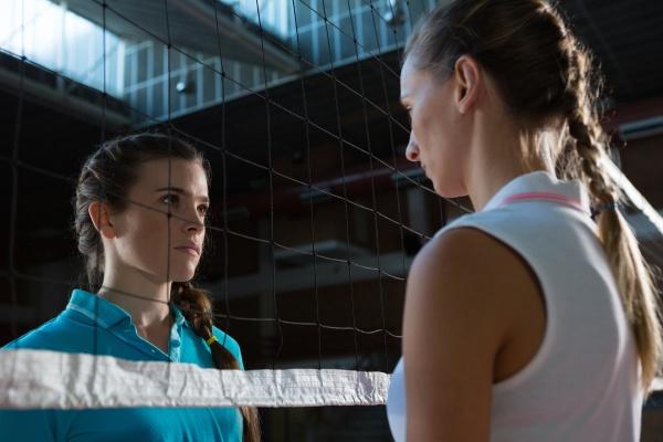 aggressive volleyballerinnen beim blick durchs netz