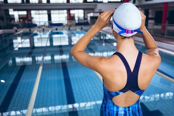 junger schwimmer im schwimmstadion