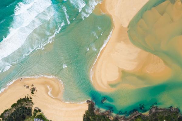 luftaufnahme ueber strand im wallaga seereservat