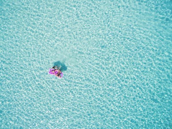 familie auf lilo in blauem meer