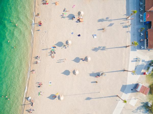 luftaufnahme des strandes und der clubs
