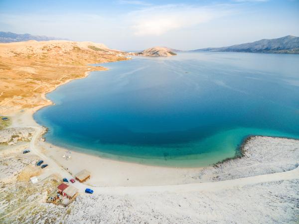 luftaufnahme des strandes von drazica auf