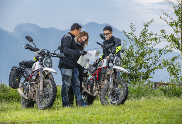 biker ueberpruefen karte neben off road