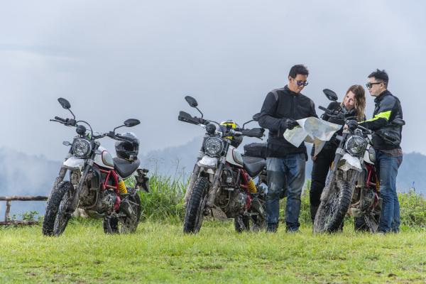 biker, überprüfen, karte, neben, off-road-motorrädern, berge, im - 27626957