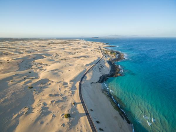 luftaufnahme des naturparks corralejo dunes und