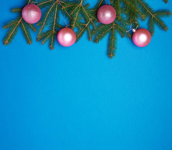 gruene fichtenzweige rosa glaenzende weihnachtskugeln auf