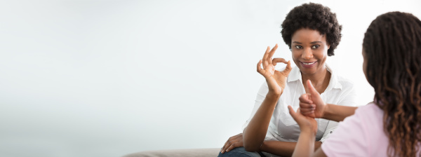 frau lehrt ihren freund hand gebaerdensprache