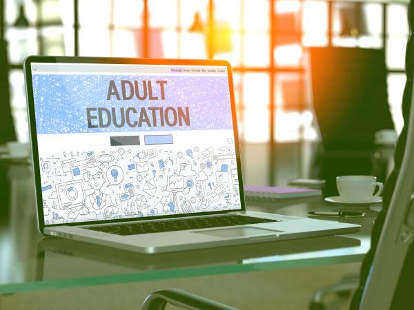konzept, der, erwachsenenbildung, auf, dem, laptop-bildschirm. - 27733988