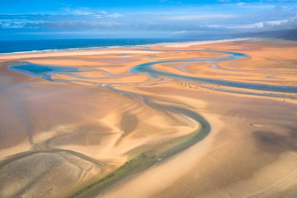 luft drohnenansicht des islaendischen raudasandur strandes