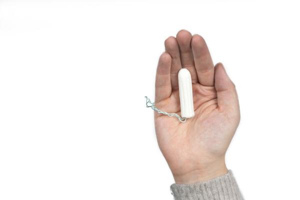 weisser sauberer tampon auf der hand