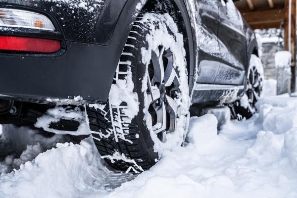 autoreifen mit schnee nach schneefall