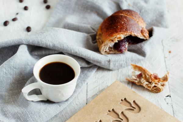 fruehstueck mit kaffee und croissant