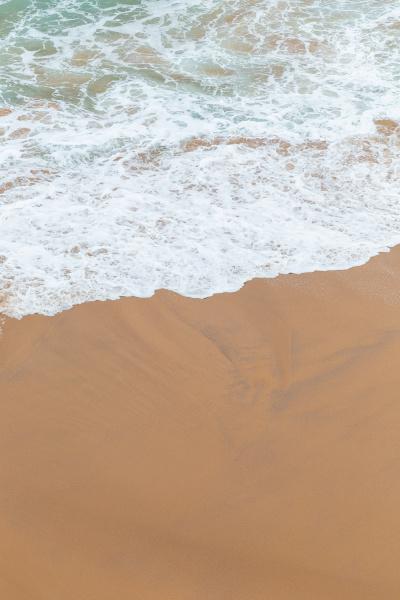 meereskueste moviment weisser schaum auf sand