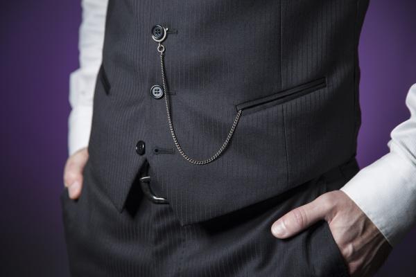 mann in klassischer kleidung mit taschenuhr