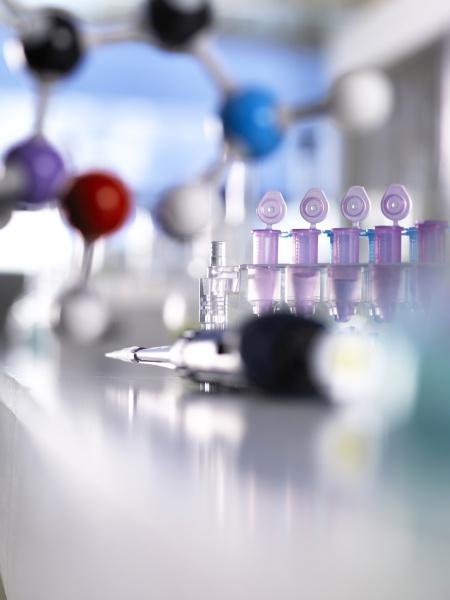 nahaufnahme von pipetten mit molekularer struktur