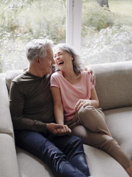 glueckliches seniorenpaar das sich zu hause