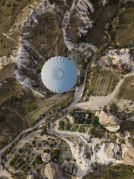 luftaufnahme des heissluftballons im goereme nationalpark