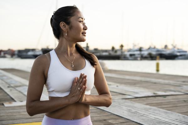 asiatische frau die yoga auf einem