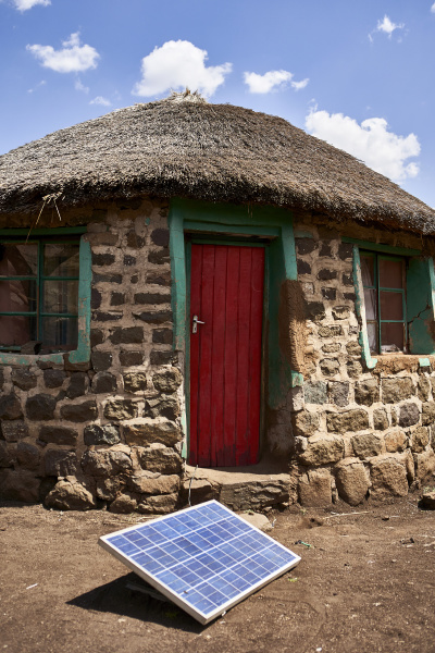 traditionelles haus mit solarpanel lesotho