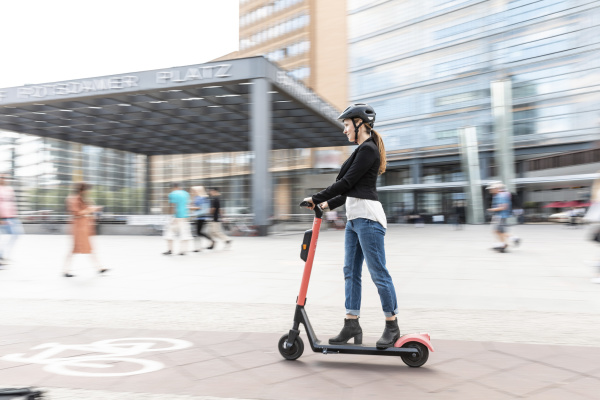 frau auf dem e scooter in