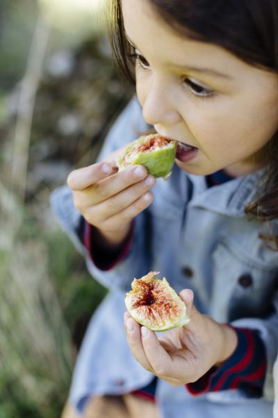 kind isst eine feige im freien