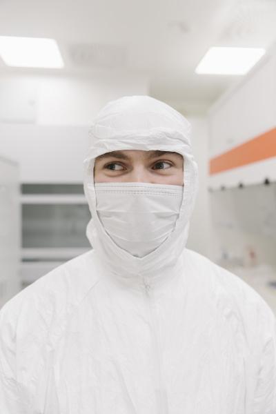 portraet eines wissenschaftlers in schutzkleidung im