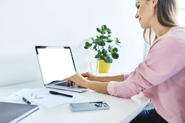 geschaeftsfrau arbeitet auf laptop im home