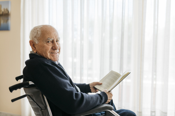 portraet eines laechelnden senioren der mit