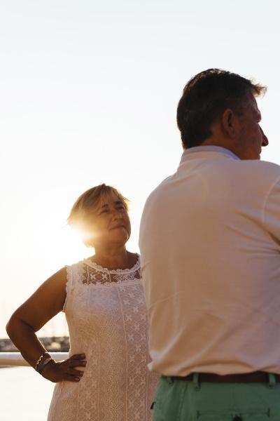 seniorenpaar im freien bei sonnenuntergang