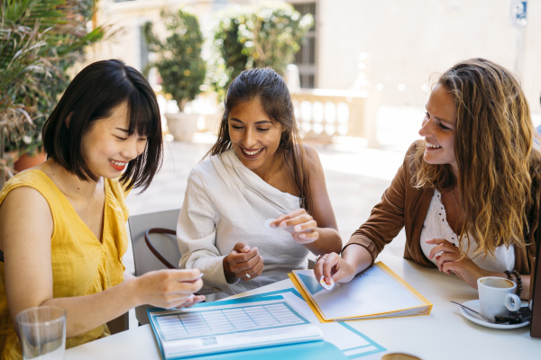 weibliche multikulturelle studenten treffen sich in