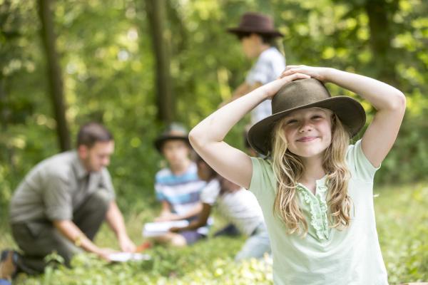kleine maedchen scout gewinnen den wald