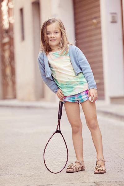 maedchen mit einem tennisschlaeger