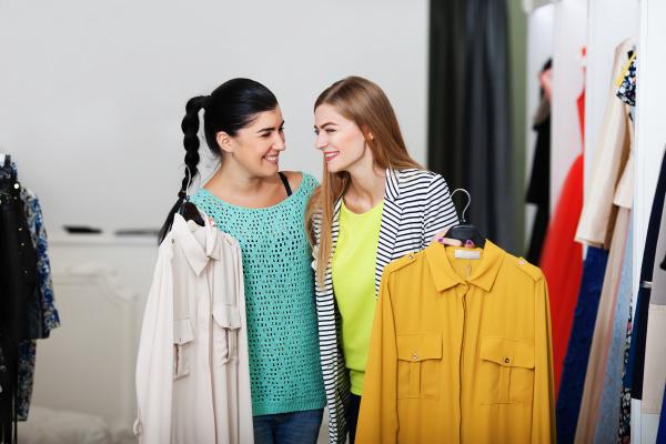 laechelnde frauen beim einkaufen