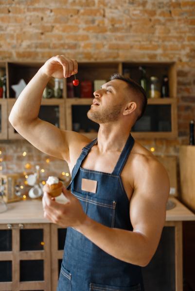 nackter mann in schuerze geschmack kuchen