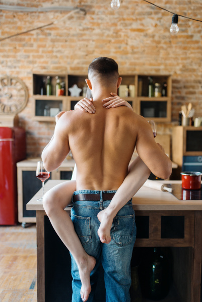 sexy paar umarmungen auf kueche theke