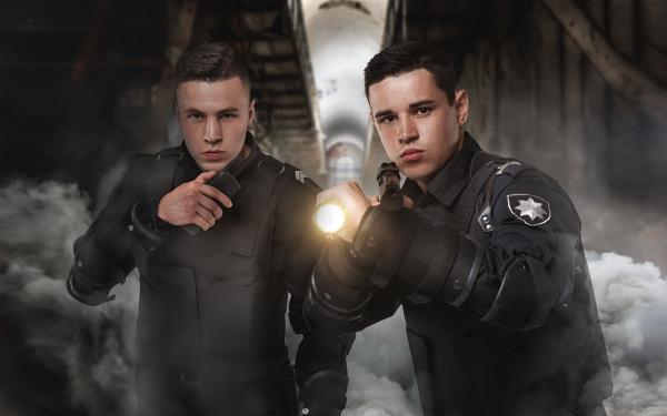 polizisten mit gewehren in uniform und