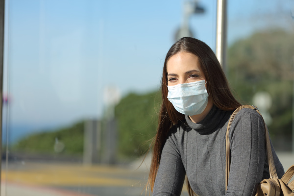 frau mit einer maske verhindert ansteckung