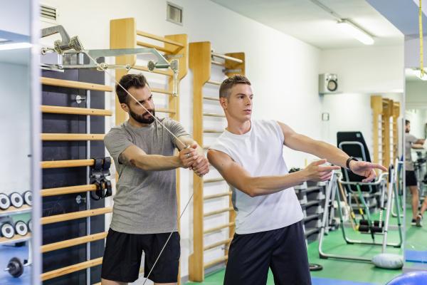 mann coaching freund in fitness studio
