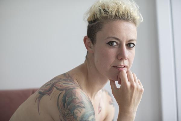 portraet zuversichtlich schoene frau mit tattoos