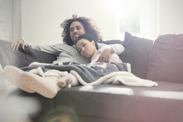 liebevolles paar entspannen fernsehen auf dem
