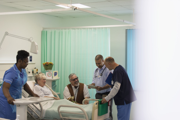 AErzte machen runden sprechen mit aelteren