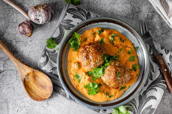 gegrillter fleischbaellchen mit curry tomatensauce