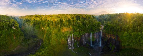 panorama luftbild des tumpak sewu wasserfalls