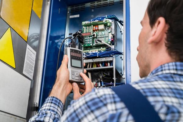elektriker prueft sicherungsbox