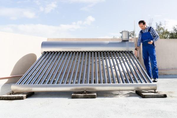 klempner mit blick auf solar energy