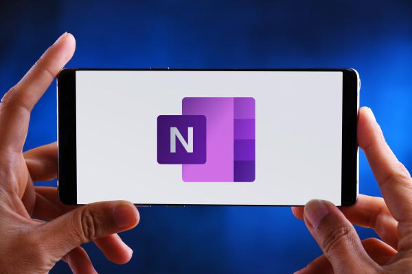 haende halten smartphone mit logo von