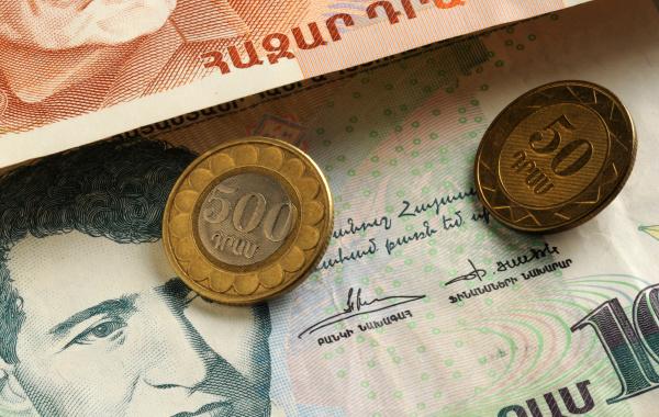 nahaufnahme armenischer muenzen und banknoten