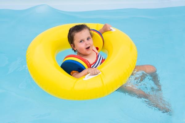 kleines maedchen mit spass im pool
