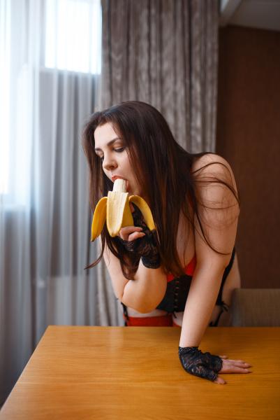 UEbergewichtige frau in erotischen dessous leckt