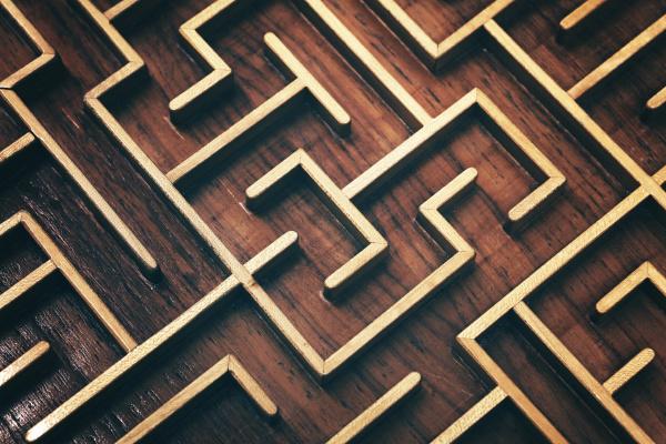 hoelzerne braunlabyrinth labyrinth puzzle close up